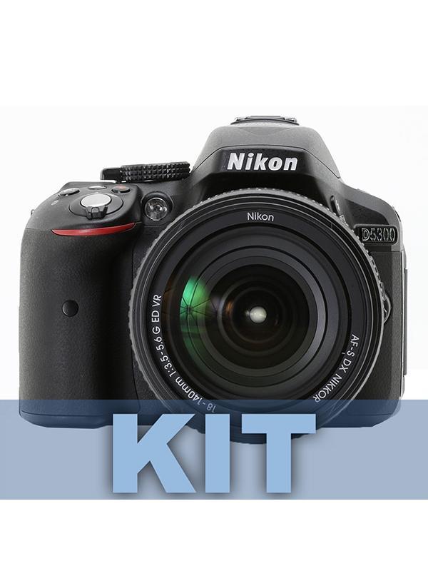 Nikon Cámara D5300 + 18-140mm G ED VR - Deje volar su creatividad con la intuitiva D5300.  Gracias a los sistemas Wi-Fi y GPS integrados, esta impresionante cámara de formato DX de 24,2 megapíxeles le permite capturar y compartir la magia de su mundo con unos detalles increíbles.  La función Wi-Fi conecta la cámara directamente al dispositivo inteligente, lo que le permite compartir las fotos justo después de haberlas capturado. La función GPS añade información de ubicación a las fotos, lo que hace que añadir imágenes a un mapa del mundo y compartir sus fotografías de viajes con los demás sea mucho más fácil.  Gracias a la gran pantalla abatible, se pueden tomar fotos y grabar vídeos con facilidad desde nuevas perspectivas emocionantes; además, su potente rendimiento en condiciones de poca luz (ampliable hasta ISO 25 600) permite la captura de fotos nítidas en situaciones de oscuridad. Incluye objetivo AF-S DX NIKKOR 18-140mm VR con un versátil rango de zoom de 7,8 aumentos