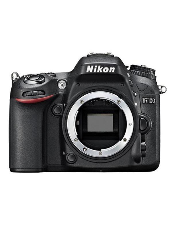 Nikon Camara D7100 Cuerpo - Aporte una inyección de adrenalina a su pasión por la fotografía con la D7100 de potencia excepcional.  Increíblemente ligera y compacta para un cuerpo que integra múltiples funciones y de extraordinaria durabilidad, ofrece un extraordinario rendimiento DX para que evolucione en el campo de la fotografía. Al no emplear ningún filtro de paso bajo óptico (OLPF), la D7100 saca el máximo provecho de su sensor CMOS de formato DX de 24,1 megapíxeles para capturar con definición incluso las texturas más sutiles en una alta resolución nítida. El sistema de autofoco (AF) de 51 puntos le ofrece una captura de imágenes rápida y de extrema precisión de nivel profesional. Esta cámara D-SLR de alta gama, que es resistente a las caídas y a las inclemencias meteorológicas cuenta con tapas superior y posterior de aleación de magnesio, ofrece un disparo continuo a 6 fps y un efecto de teleobjetivo adicional con una innovadora función de recorte de 1,3 aumentos, además, cuenta con una sensibilidad ISO de 100-6400, lo que permite obtener unos resultados extraordinarios en entornos poco iluminados o al capturar la acción en rápido movimiento.  Dispare con el visor o con el modo Live View, aplique efectos especiales en tiempo real a fotografías o vídeos de máxima definición (Full HD) y envíe imágenes de forma inalámbrica* a su dispositivo inteligente para compartirlas en las redes sociales; vaya donde vaya y haga lo que haga, la D7100 le otorga un control excepcional.