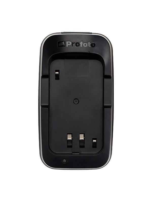 Profoto Cargador Batería Li-Ion Para A1 Air TTL - La recarga de la batería de ión-litio del A1 es rapidísima y muy fácil de colocar gracias a su pequeño y compacto cargador. La batería se puede ajustar en la parte superior del cargador y una luz LED te avisará cuando esté completamente cargada.